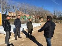 Recta final de la instal·lació de la gespa artificial als camps annexes del CF Pardinyes i la UE Balàfia