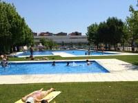 Gairebé 2.000 banyistes estrenen la temporada de piscines